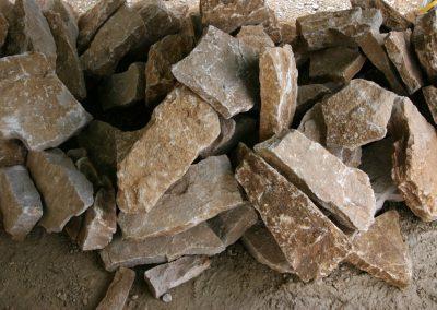Une pile avec du calcaires du jura de la dalle nacrée