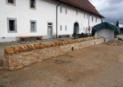 """Pleine vue sur le mur de pierres sèches avec l'abri à côté de la """"Maison de la Tête de Moine"""""""