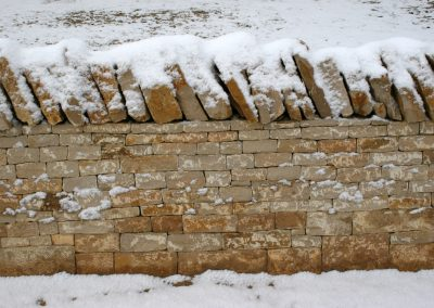 Mur de pierres sèches enneigé
