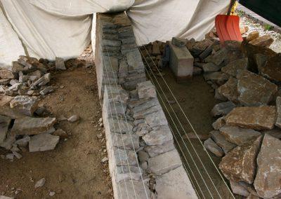 Aufbau eines Gewölbes einer Trockenmauer in Bellelay