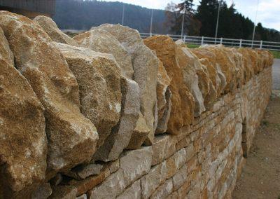 Krone der jurassischen Trockenmauer im trüben licht